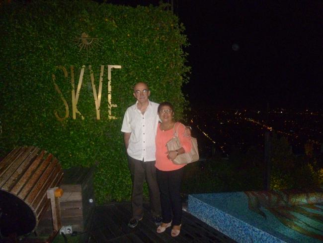 Con mi esposa en el Bar Skye de noche