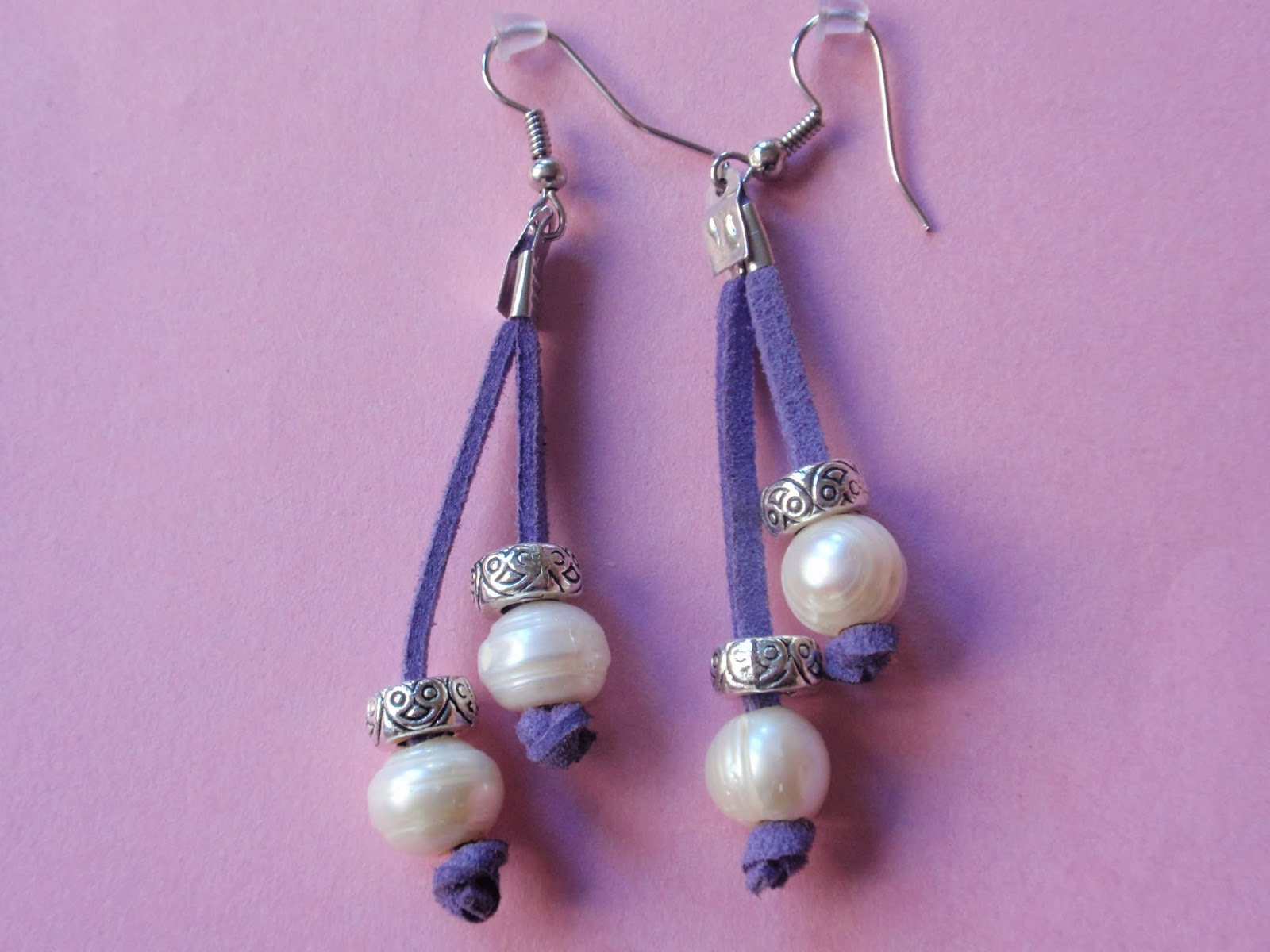 Pendientes largos en antelina color morado y perlas de agua dulce