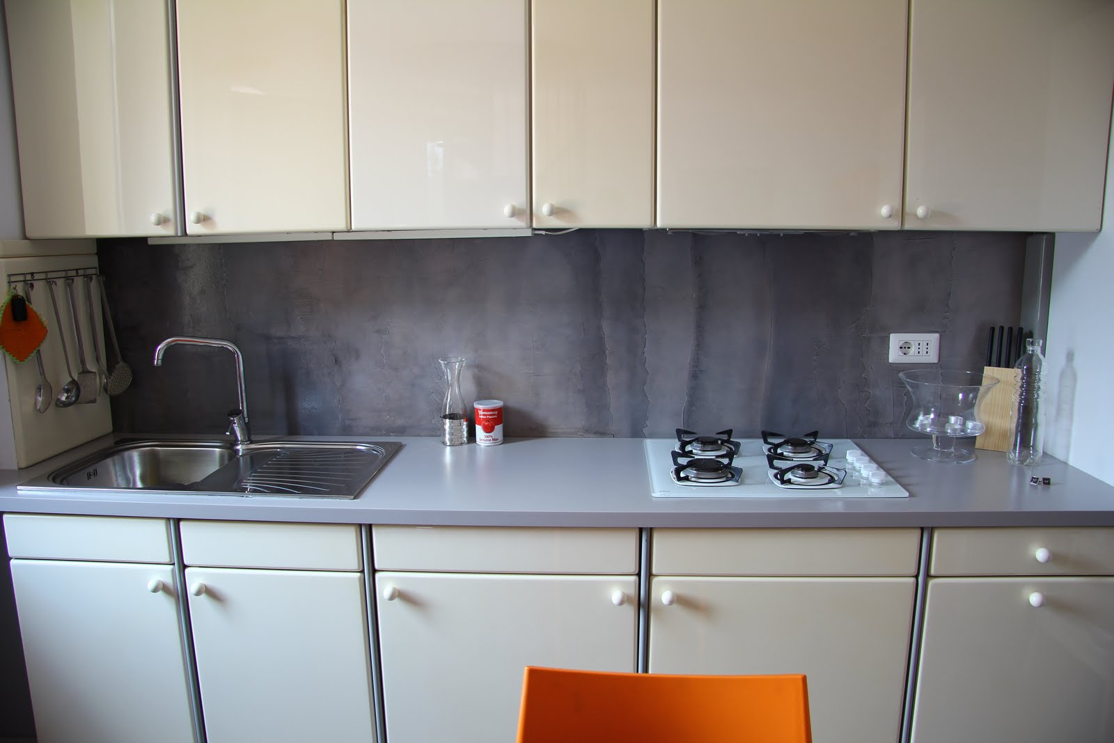 Tempo di Lamponi: Parete cucina in resina - Resin kitchen wall