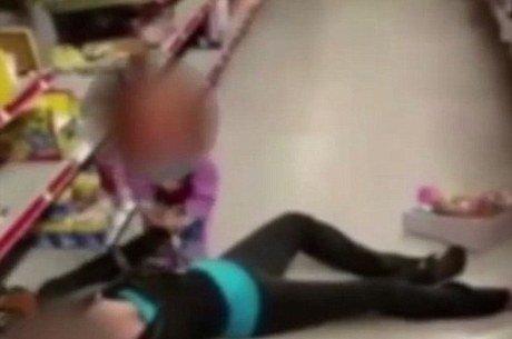Overdose: vídeo chocante mostra criança tentando acordar sua mãe desmaiada em loja de brinquedos