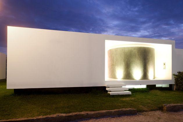 Ungewöhnlicher Haus-Eingang mit Betonrund als architektonischer Akzent