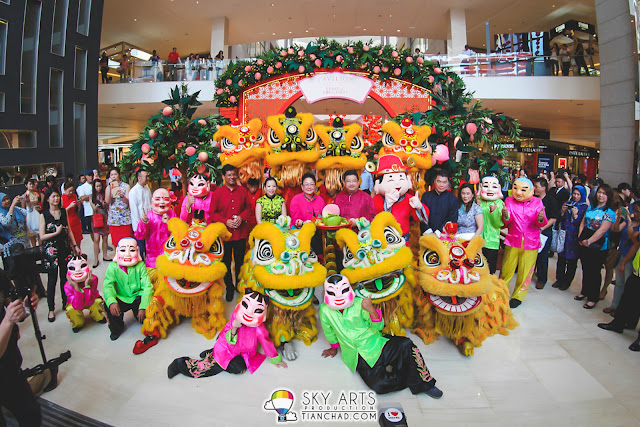 Group photos of the VIP in front of Pavilion KL's 'Arch of Longevity Peaches' CNY deco