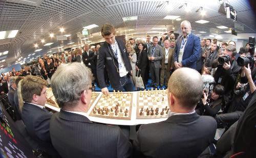 Le champion du monde d'échecs, le jeune Norvégien Magnus Carlsen, en démonstration à Cannes © A. B.-J./ Nice-Matin