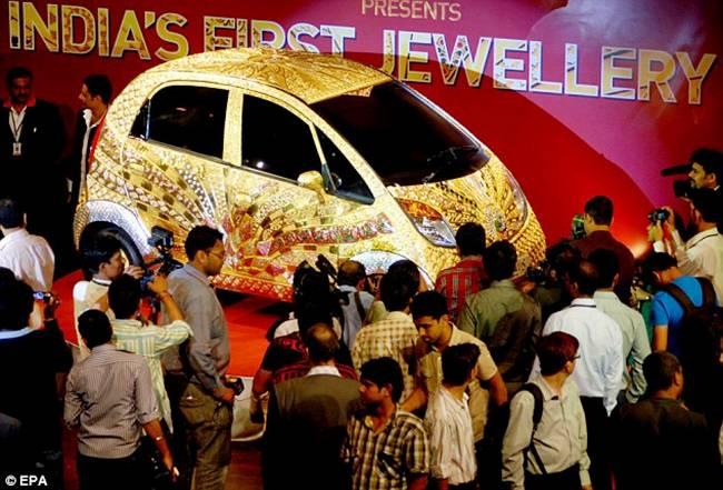 http://1.bp.blogspot.com/-2M1n6quh6Jw/TocbLR4DXJI/AAAAAAAAjaA/3JBe7ZpSrRM/s1600/Tata+Nano+Gold+Car-002.jpg