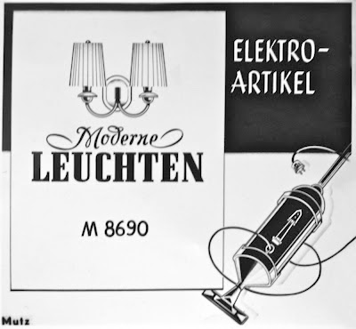 Elektroartikel, Leuchten, alter Staubsauger und Lampe, s/w-Grafik.