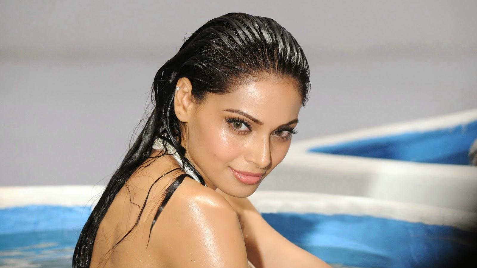 Bipasha basu hot sexy Wallpaper in swimming pool