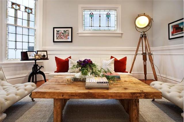 mesa rustica para el salon con sofas chester blanco y lampara de cine antigua