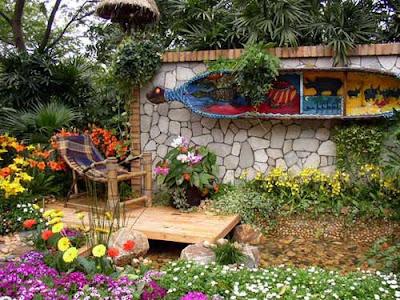 Jardim perueno com decoração parede