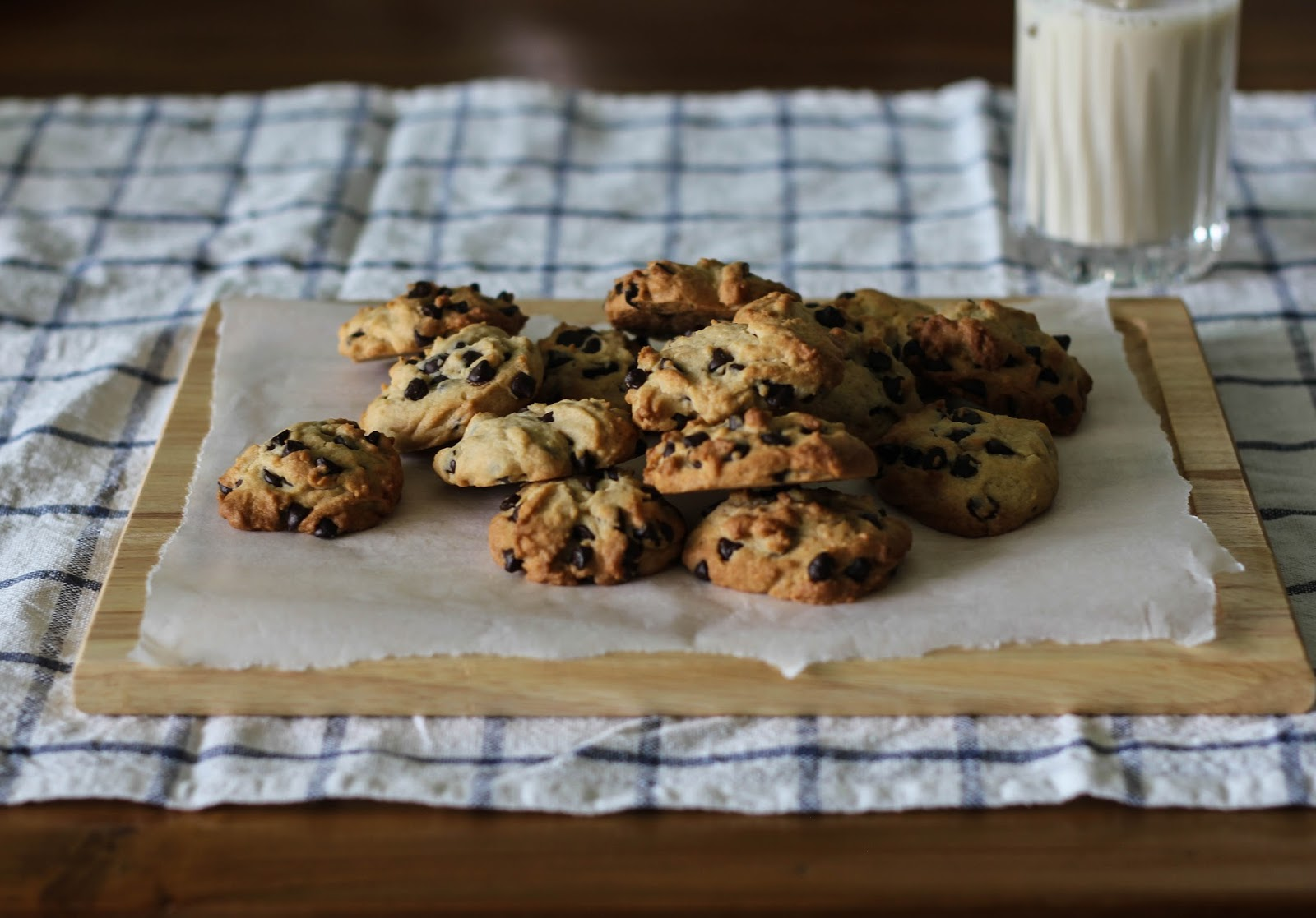 spoonfulofdaisy : crispy, chewy chocolate chip cookies.
