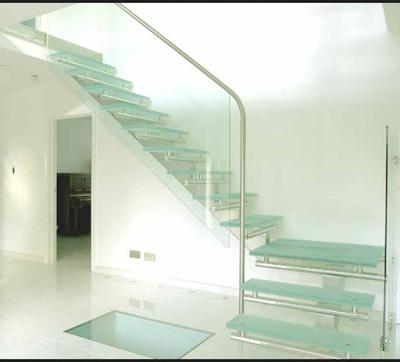 tangga kaca dengan desain unik