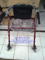gambar alat bantu jalan yang mirip jemuran dan ada kursi duduk