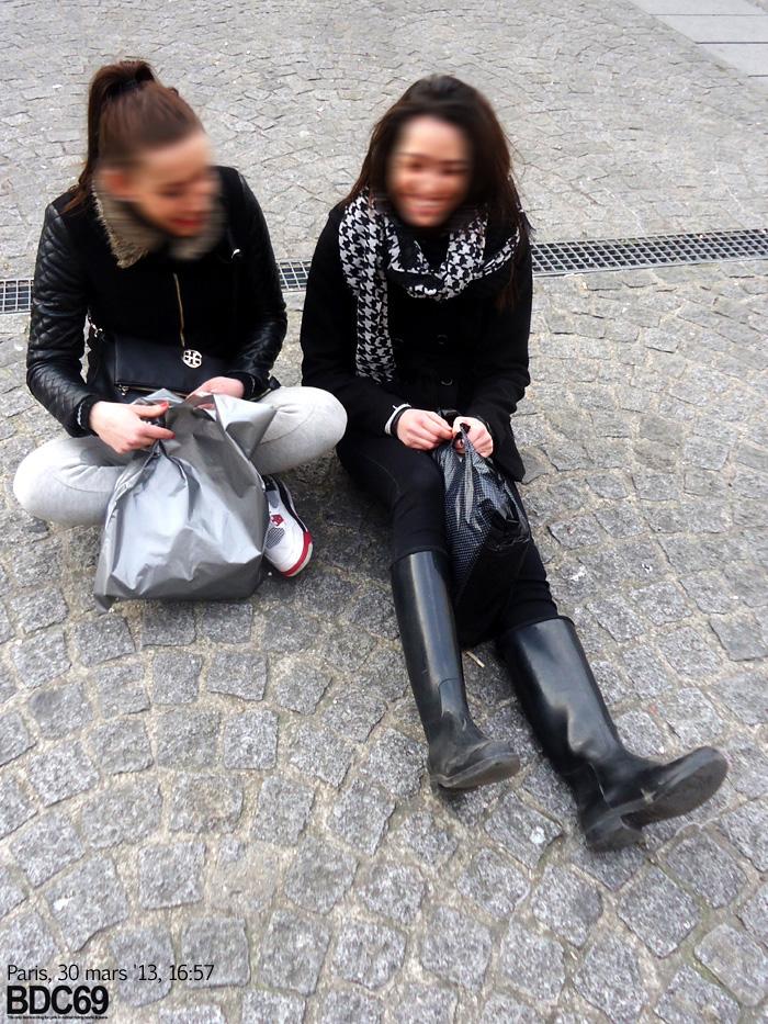 en train de papoter sur le sol du parvis du Centre Pompidou malgré le  froid. Je les ai abordées et ont été toutes les deux adorables. La fille en  bottes