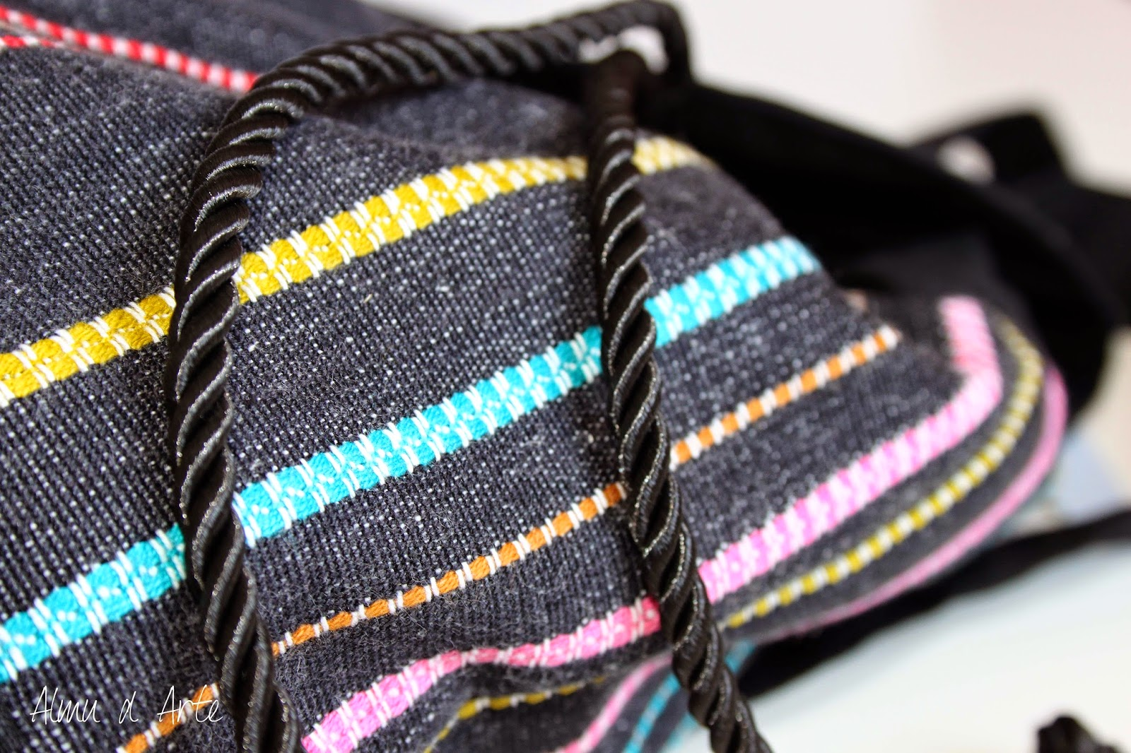 Mochila artesanal con tela étnica