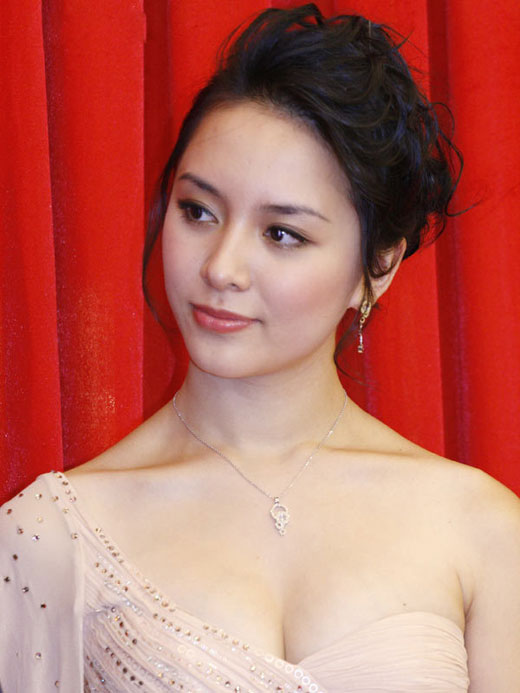 duong truong thien ly sexy boob cleavage 04