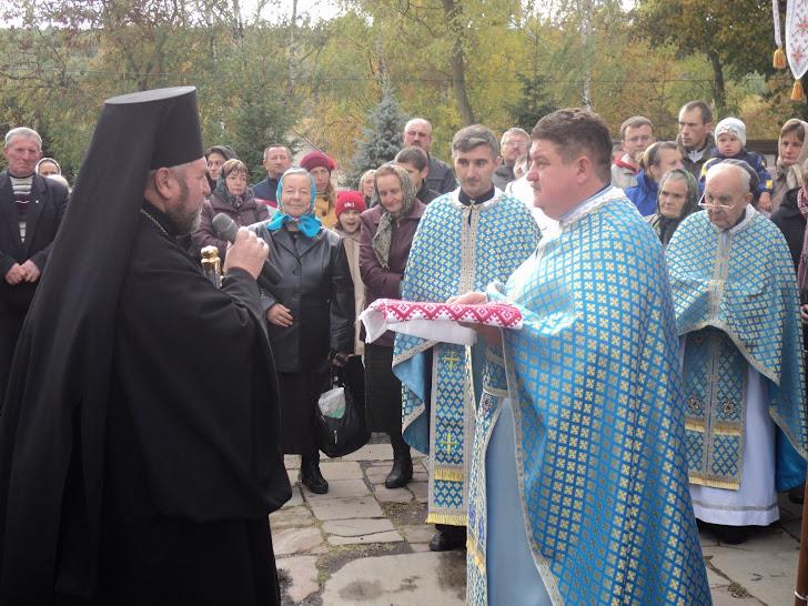 Зустріч преосвященого владики Василія Семенюка біля парафіяльної церкви