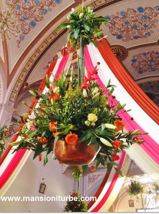 Adornos florales en honor del Señor del Rescate en Tzintzuntzan