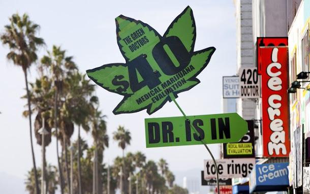 Cartaz vende prescrição de maconha medicinal em Los Angeles, na Califórnia