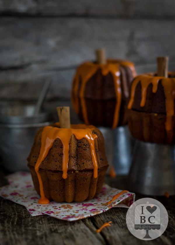 Mini Bundts de calabaza con fideos de chocolate y glaseado de naranja