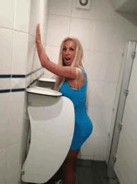 Travesti no banheiro masculino