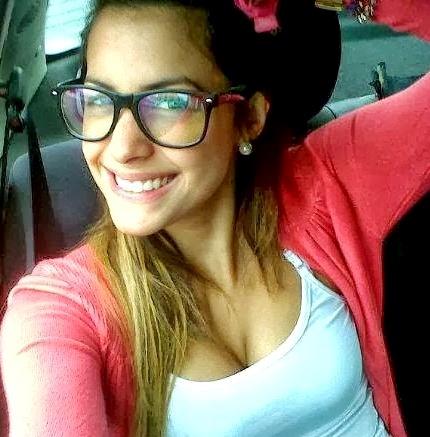 Foto de Milett Figueroa con look casero, con anteojos y una bella sonrisa