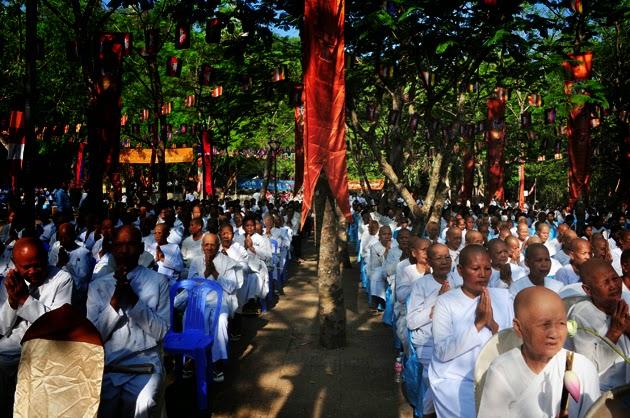 Plus de 1.000 fidèles de toutes les couches sociales ont participé à la célébration de la grande cérémonie religieuse de Visak Bochea tenue ce week-end au mont Preah Reach Troap à Oudong, district Ponhea Leu, province de Kandal. Samdech Akka Moha Ponhea Chakrei Héng Samrin, président de l'Assemblée nationale, et son épouse ont présidé cette fête annuelle.