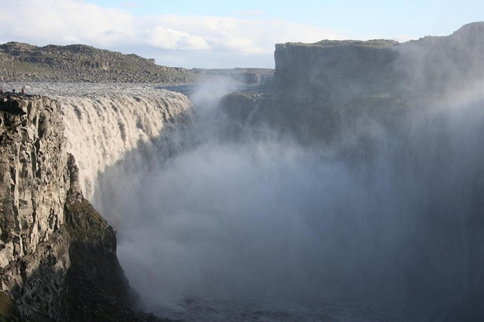 Waterfall Dettifoss, Iceland, – Dettifoss, the most powerful in Europe. His height – 40 meters, and power – about 200 cubic meters of water per second. The waterfall is surrounded by beautiful cliffs, gorges and lakes and is very popular both among locals and tourists.
