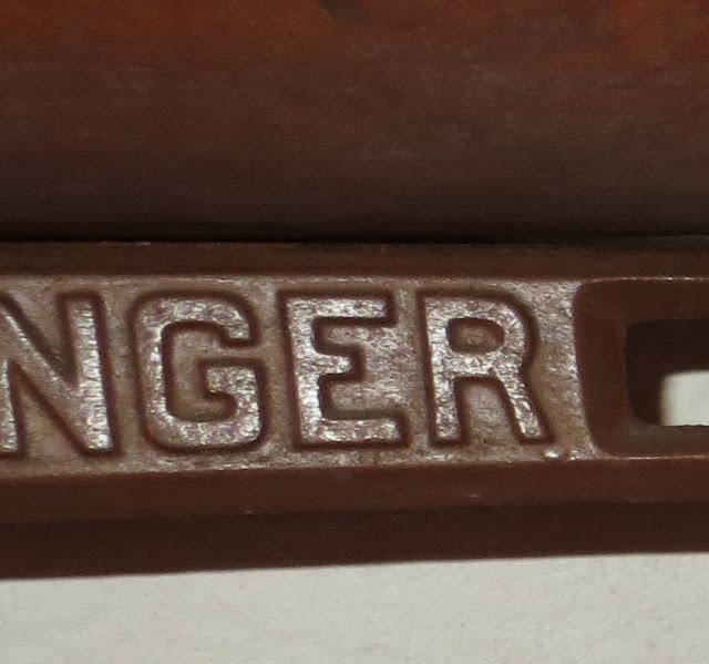 Ampliação de Foto macro de Máquina de Costura Antiga da marca Singer com pormenor das letras