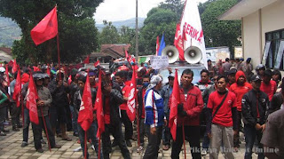 Puluhan Buruh Berdemo di Kantor Disosnaker Kab. Sumedang