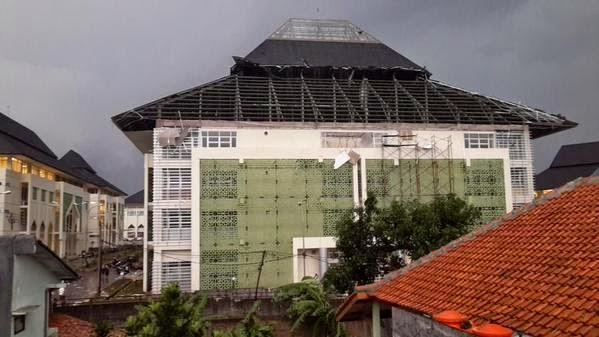 Kampus UIN Bandung Berantakan Diterjang Angin Puting Beliung