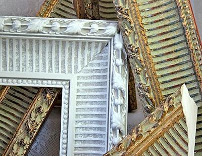 Boiserie c 18 idee per riciclare creativamente vecchi - Cornici per specchi ...