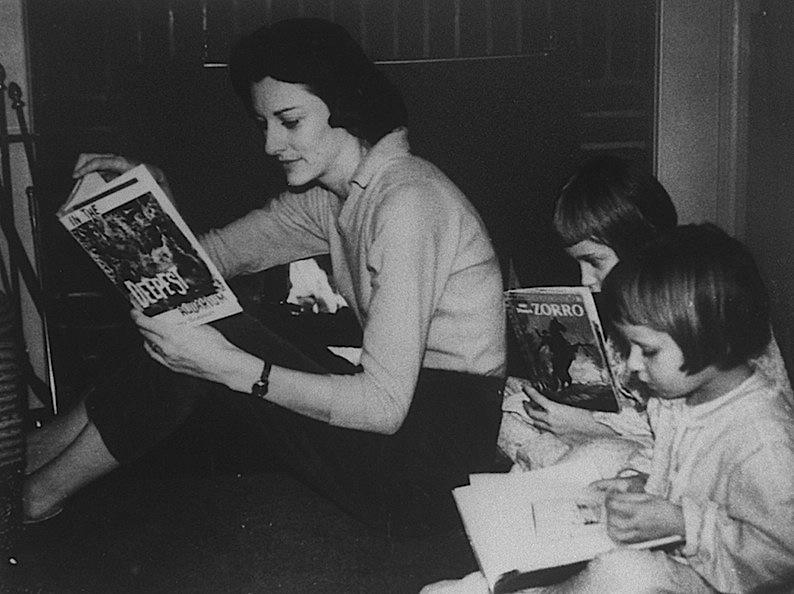 Anne Sexton con sus hijas Linda Gray y Joy