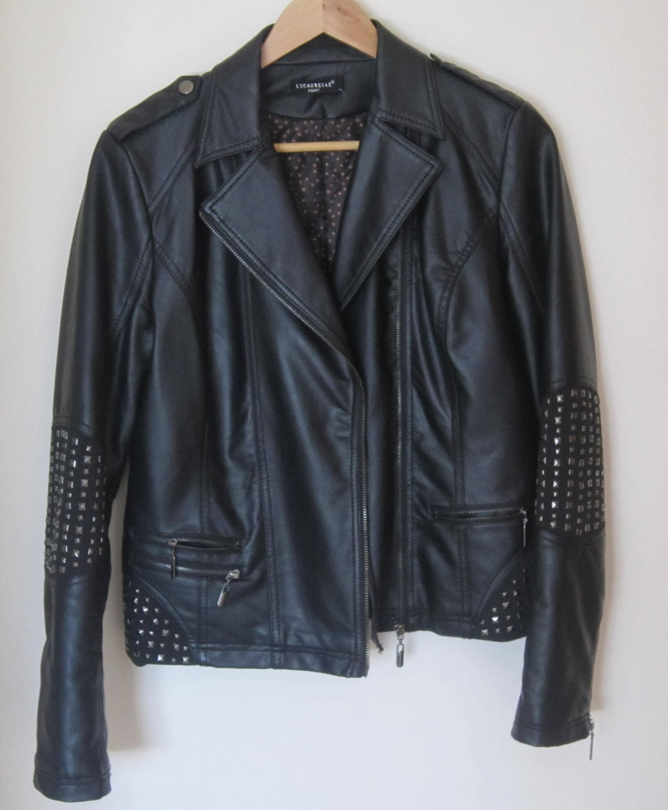 chaqueta negra tachas cuero