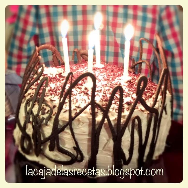 http://lacajadelasrecetas.blogspot.com/2014/03/tarta-cumpleanera-de-chocolate-fresas-y.html