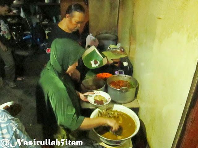 Pemilik Gudeg Pawon sedang melayani pembeli