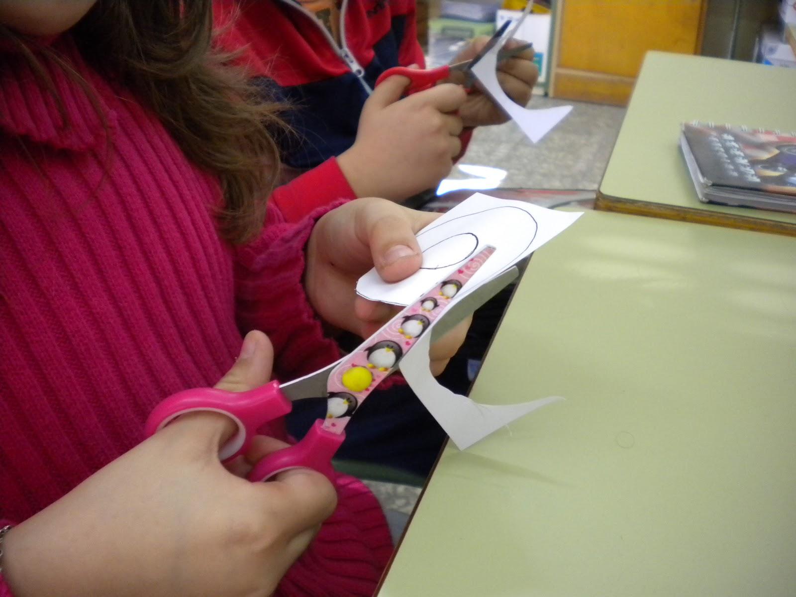 Artistisimos Manualidades en el cole COMO COGER LAS TIJERAS