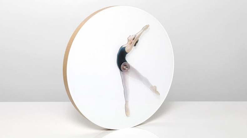 Hermoso diseño de reloj da la hora mediante poses de bailarina