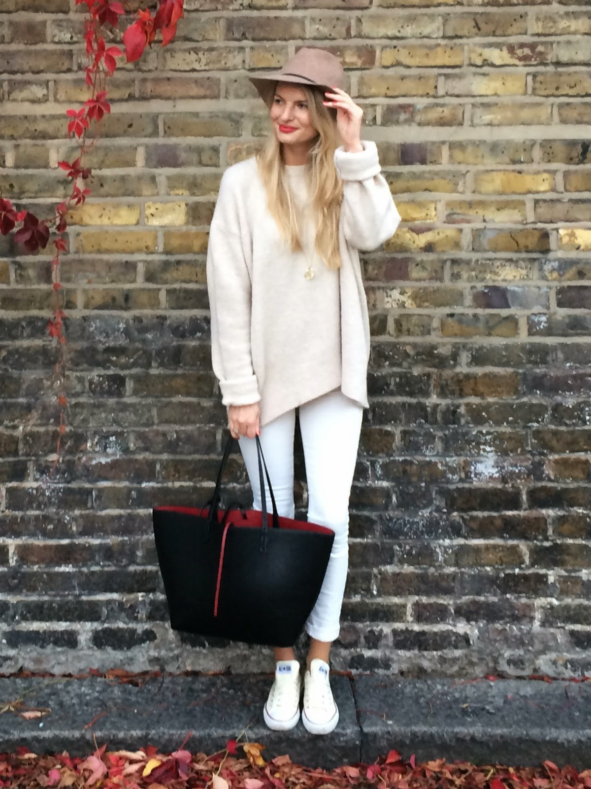 cream outfit, all white outfit, hat, cream coloured hat, white jeans, white skinny jeans, oversize jumper, zara oversize jumper, zara knit, zara black tote, zara reversible contrast shopper, converse, converse and skinny jeans, fashion blogger, blonde fashion blogger, london street style