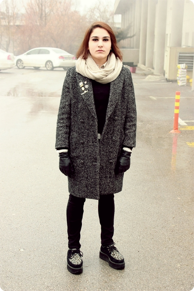 Jasmine, Bilkent University Student in Turkey wears a tweed winter overcoat over a dark navy sweater paired with a white snood infinity scarf black leather gloves and slim jeans as well as military pins and leopard print doc martens. Yasemin Bilkent Üniversitesi Öğrenci, beyaz bir kurdele sonsuzluk eşarp siyah deri eldiven ve ince kot yanı sıra askeri işaretçilerine ve leopar baskı doc sansar ile eşleştirilmiş bir koyu lacivert kazak üzerinde bir tüvit kış palto giyer.