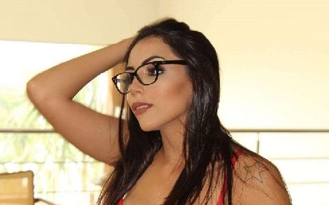 Sósia de Anitta gasta R$ 60 mil em cirurgia e quer posar nua