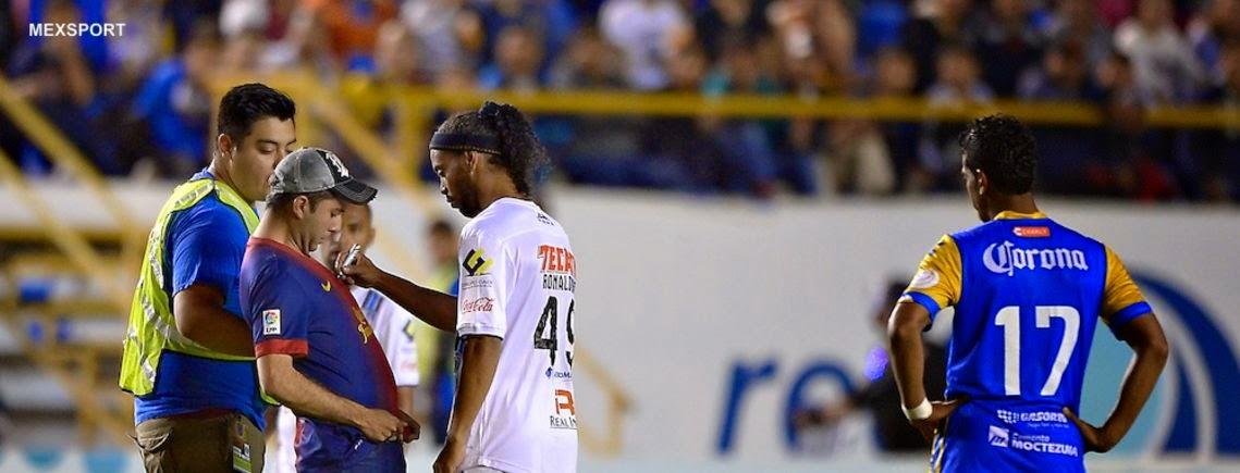 Ronaldinho no demuestra pero si firma jerseys
