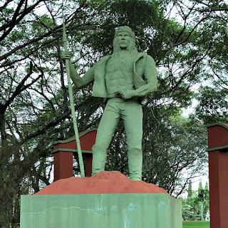 Monumento à Batalha de Apóstoles. Índio em pé, com lança na mão direita.