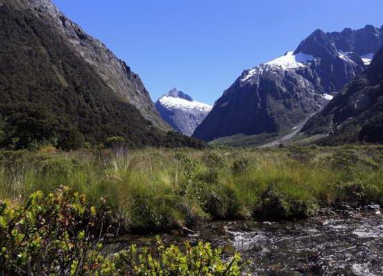 ujung selatan pantai barat Selandia Baru, wilayah Fiordland masih   liar,  kasar dan nihil pembangunan