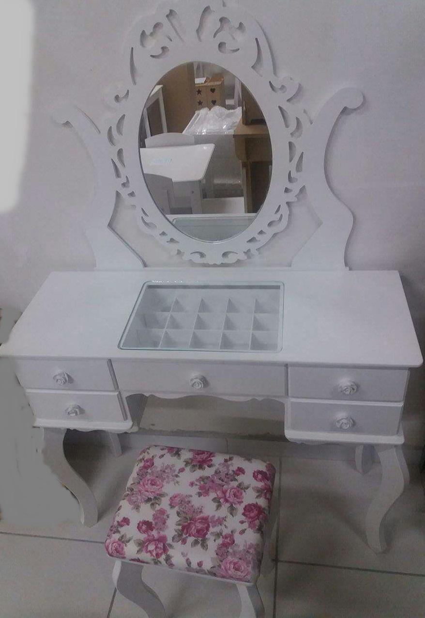 Penteadeira R$ 650,00 com espelho, vidro da parte do meio e banco estofado