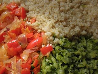 cebolla, pimiento, calabacin y quinoa, cocinados