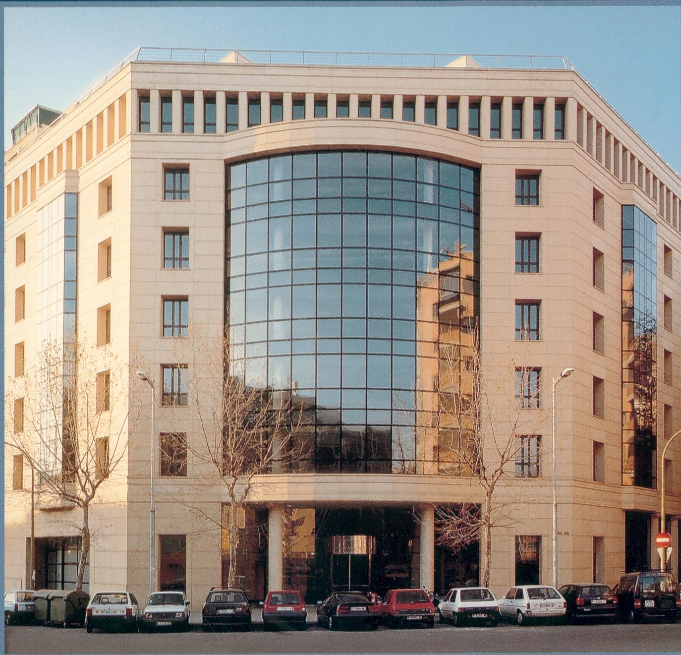 Arq ing un edificio de oficinas de ricardo bofill for Fachadas para oficinas