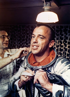 Alan Shepard: El primer hombre que fue al espacio. Poniéndose su traje espacial.