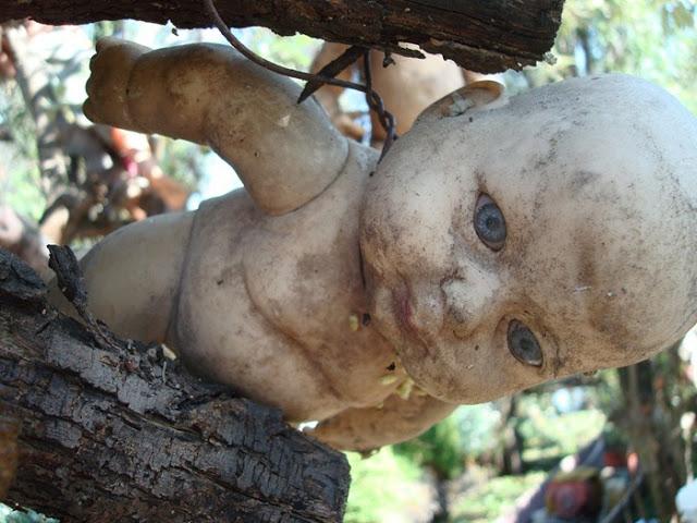 جزيرة الدمى المشوهه  Island-of-dolls-16%5B2%5D