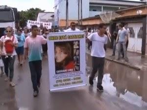 Amigos e parentes de Cassiane fazem passeata pelas ruas de Teixeira de Freitas (Foto: Reprodução/TV Santa Cruz)
