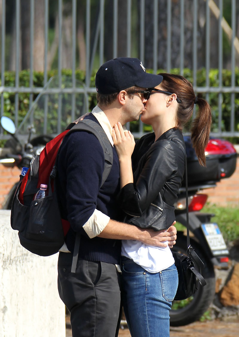 Olivia Wilde caught kissing in public