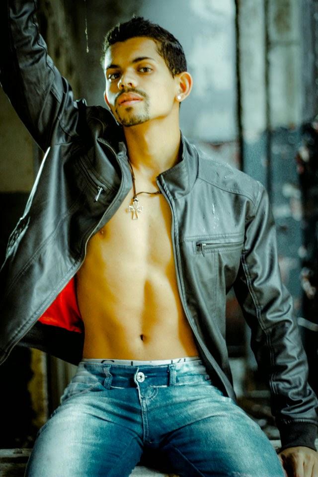 Ewerton Amaral posa sem camisa para ensaio sensual. Foto: Lucas Bernardes